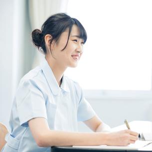 勉強をする看護学生の写真素材 [FYI01955093]