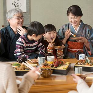 おせち料理を食べる3世代家族の写真素材 [FYI01955106]