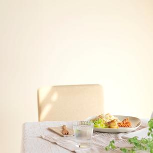 テーブルの上にあるエビピラフのワンプレートランチの写真素材 [FYI01955136]