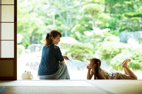 縁側で涼む母娘の写真素材 [FYI01955139]