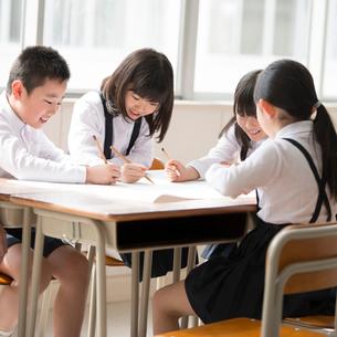 グループ学習をする小学生の写真素材 [FYI01955142]