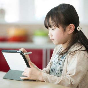 タブレットPCを操作する女の子の写真素材 [FYI01955143]