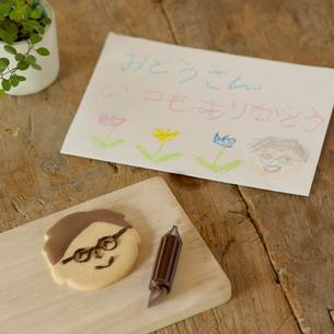 父の日の手紙とクッキーの写真素材 [FYI01955144]