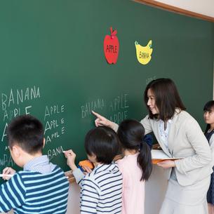 英語の勉強をする小学生と先生の写真素材 [FYI01955158]