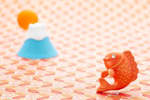 鯛と初日の出のクラフトのイラスト素材 [FYI01955163]