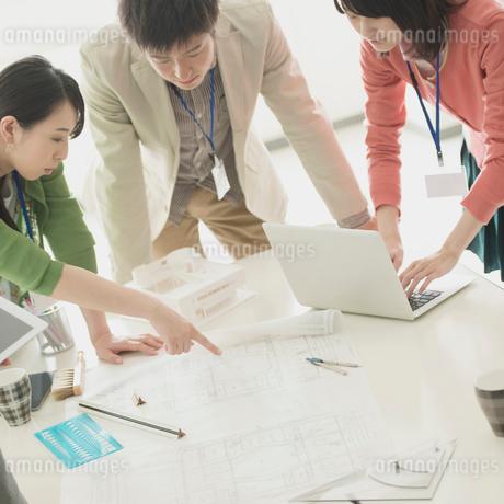 ミーティングをするビジネスマンとビジネスウーマンの写真素材 [FYI01955164]