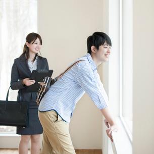 部屋の内見をする男性とビジネスウーマンの写真素材 [FYI01955167]