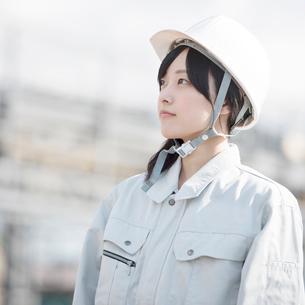 工事現場で空を見上げる作業員の写真素材 [FYI01955172]