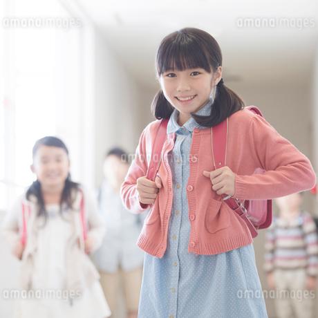 学校の廊下で微笑む小学生の写真素材 [FYI01955177]