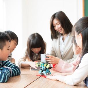 プログラミングを教える先生と小学生の写真素材 [FYI01955186]