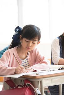 教室で授業を受ける小学生の写真素材 [FYI01955189]