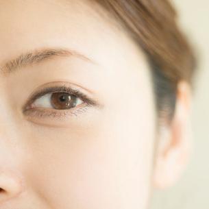 女性の目元のアップの写真素材 [FYI01955193]