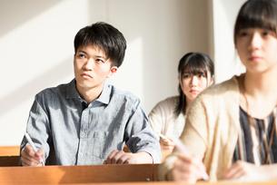教室で勉強をする学生の写真素材 [FYI01955199]