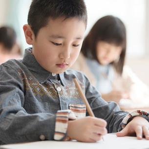 教室で授業を受ける小学生の写真素材 [FYI01955209]