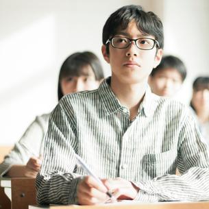 教室で勉強をする男子学生の写真素材 [FYI01955212]