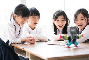 プログラミングの勉強をする小学生の写真素材 [FYI01955219]