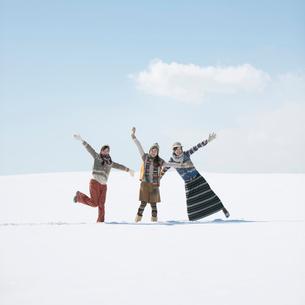 雪原ではしゃぐ3人の女性の写真素材 [FYI01955227]