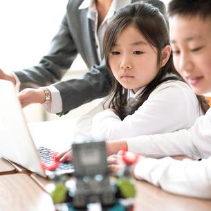 プログラミングの勉強をする小学生の写真素材 [FYI01955232]