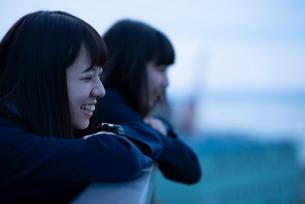 海を見る女子学生の写真素材 [FYI01955251]