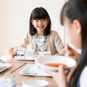 給食を食べる小学生の写真素材 [FYI01955254]