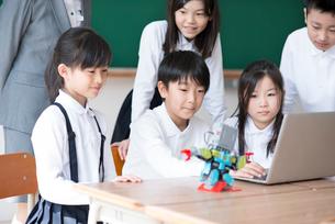 プログラミングの勉強をする小学生の写真素材 [FYI01955265]