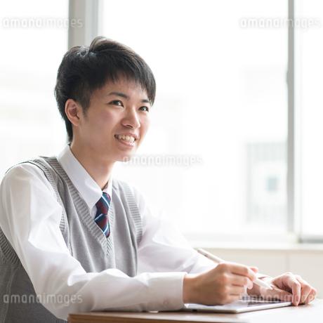 タブレットPCで勉強をする男子学生の写真素材 [FYI01955279]
