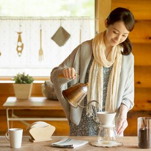コーヒーを入れる女性の写真素材 [FYI01955284]