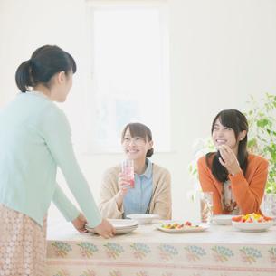 食事をする3人の女性の写真素材 [FYI01955287]