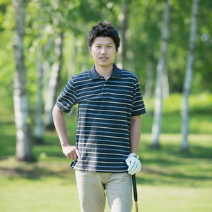 ゴルフクラブを持ち微笑む男性の写真素材 [FYI01955289]