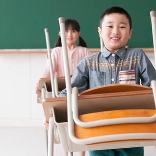 教室で机を運ぶ小学生の写真素材 [FYI01955294]