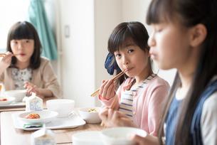 給食を食べる小学生の写真素材 [FYI01955298]