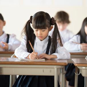 教室で勉強をする小学生の写真素材 [FYI01955308]