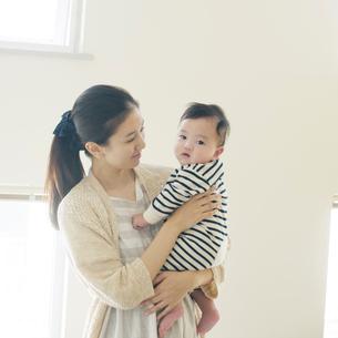 赤ちゃんを抱き微笑む母親の写真素材 [FYI01955319]