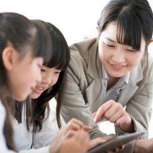 小学生にプログラミングの勉強を教える先生 ARの写真素材 [FYI01955323]