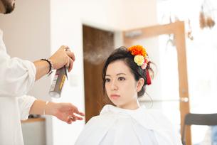 美容師にヘアセットをしてもらう女性の写真素材 [FYI01955324]