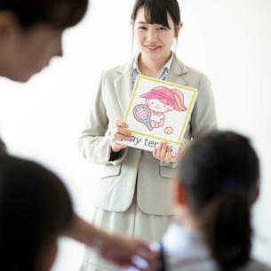 小学生に英語を教える先生の写真素材 [FYI01955326]