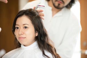 美容師にヘアセットをしてもらう女性の写真素材 [FYI01955333]