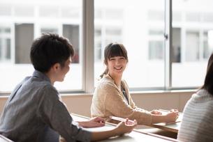 教室で談笑をする学生の写真素材 [FYI01955336]