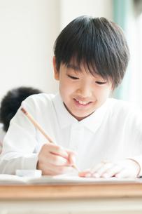 教室で授業を受ける小学生の写真素材 [FYI01955338]