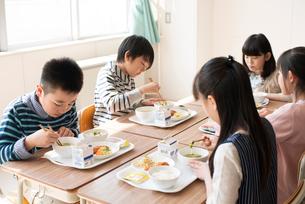 給食を食べる小学生の写真素材 [FYI01955342]