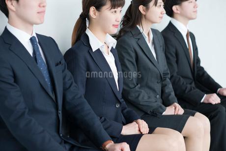 椅子に座るビジネスマンとビジネスウーマンの写真素材 [FYI01955346]