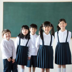 黒板の前に並ぶ小学生の写真素材 [FYI01955360]