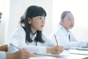 教室で授業を受ける小学生の写真素材 [FYI01955363]