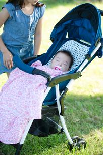 ベビーカーで眠る赤ちゃんの写真素材 [FYI01955371]