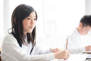 教室で授業を受ける小学生の写真素材 [FYI01955407]