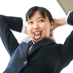 髪をまとめるビジネスウーマンの写真素材 [FYI01955421]