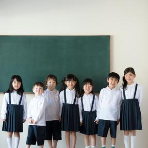 黒板の前に並ぶ小学生の写真素材 [FYI01955429]