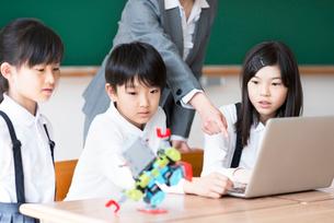 プログラミングの勉強をする小学生の写真素材 [FYI01955430]