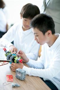 プログラミングの勉強をする小学生の写真素材 [FYI01955439]
