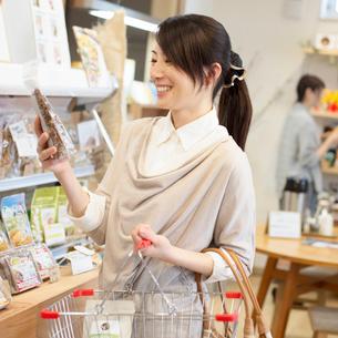 買い物をする女性の写真素材 [FYI01955446]